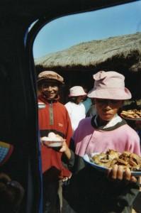 Pause déjeuner taxi-brousse, Madagascar