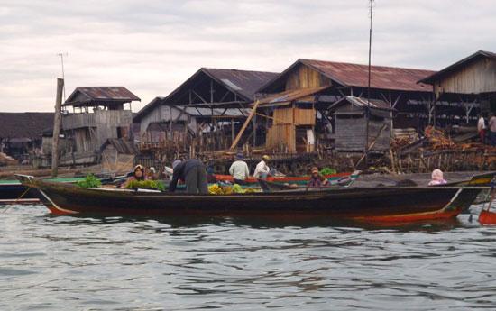 Barque marche flottant Bornéo