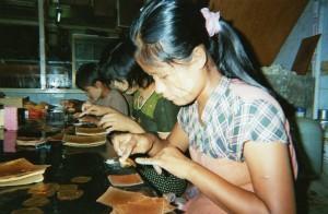 Fabrique de feuilles d'or Mandalay Birmanie