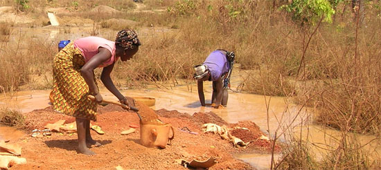 Orpailleurs lavant la terre, Guinée