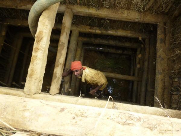 Mineur remontant du puits, Sri Lanka