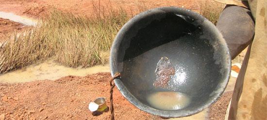 Poussière d'or dans batée, Guinée